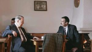 Ο Θέμελης και ο Δούκας συζητούν στο καφενείο για τον συνεταιρισμό