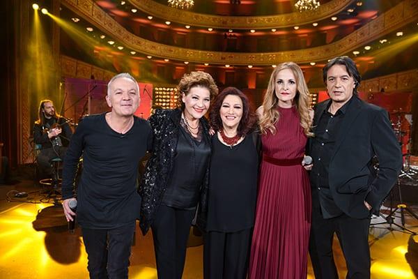 ομαδική φωτογραφία με την Ελένη Βιτάλη και τους Θηβαίο, Γιωτα Νέγκα , Κότσιρα και Ηρώ Σαϊα στο Σπίτι με το MEGA
