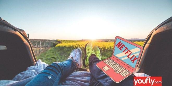 Φωτογραφία με ένα ζευγάρι που βλέπει Netflix στο ηλιοβασίλεμα