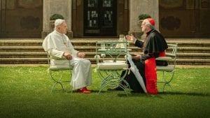 Οι Δύο Πάπες κάθονται απέναντι ο ένας με τον άλλον