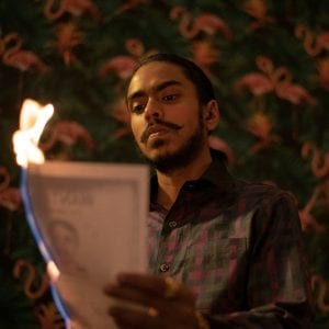 Ο πρωταγωνιστής καίει ένα χαρτί στον λευκό τίγρη, μία από τις ταινίες για ψαγμένους