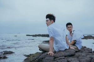 Δύο άντρες κάθονται στη θάλασσα από το Ανεξίτηλο όνομά σου