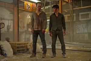 Δύο άντρες από το The night come for us καλυμμένοι με αίματα