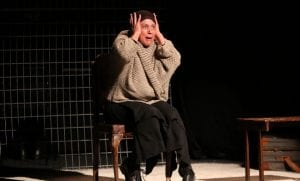 γυναίκα σοκαρισμένη στην παράσταση
