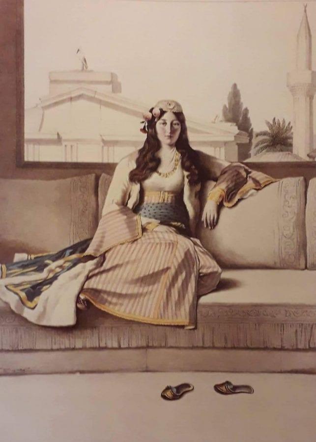 Σε εικόνα γυναίκα που κάθεται αναπαυτικά