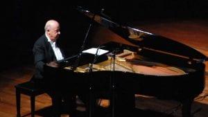 Φωτογραφία του Μίμη Πλέσσα να παίζει πιάνο