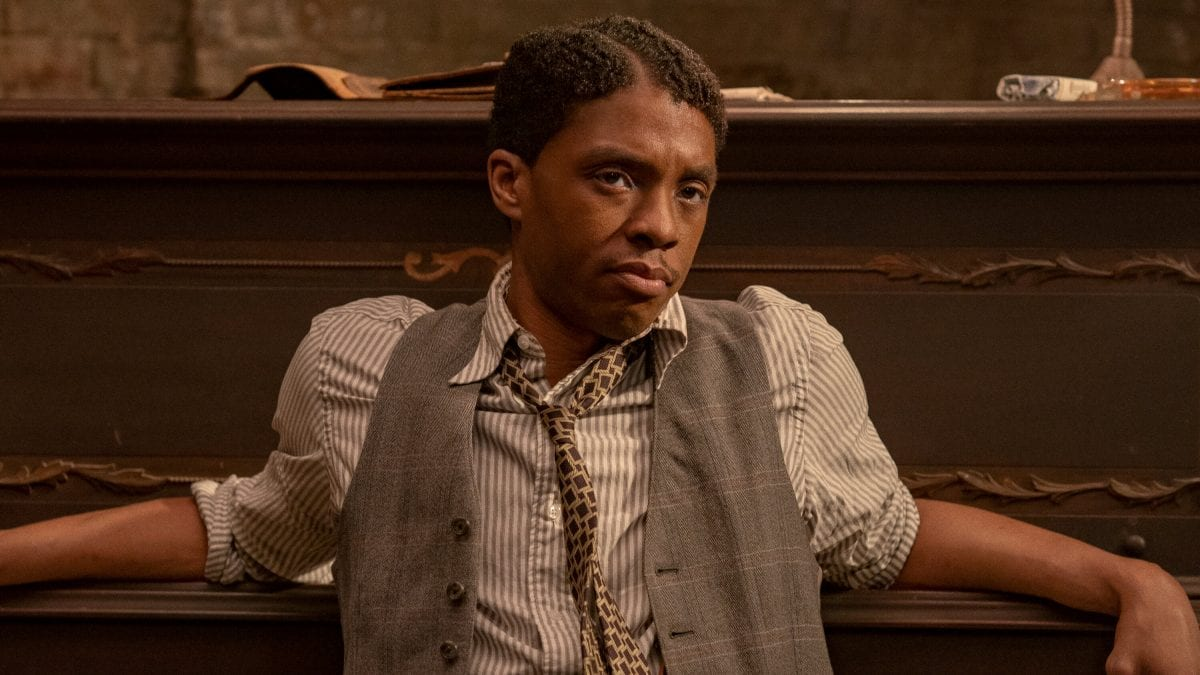 O αείμνηστος Chadwick Boseman σε σκηνή από το ma rainey's black bottom