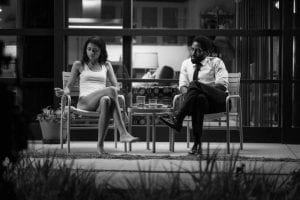 Ο Malcom & η Marie κάθονται έξω και μιλούν