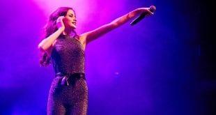Η Στεφανία σε συναυλία με μωβ φωτισμό