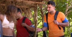 Δύο παίκτες από την μπλε ομάδα, στο ριάλιτι επιβίωσης, δίνουν τα χέρια