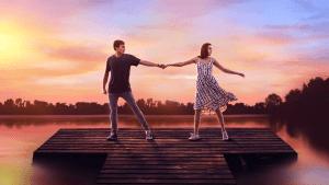 Σκηνή από την ταινία A Week Away με το ζευγάρι να χορεύει