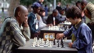 Πατέρας και γιος παίζουν σκάκι στην ταινία αθώες κινήσεις