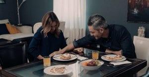 Ο Αιμίλιος και η γυναίκα του στη κουζίνα στις 8 λέξεις