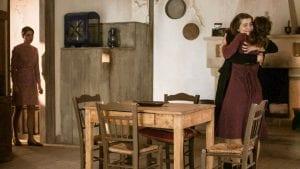 Η Ελένη αγκαλιάζει την Ασημίνα σφιχτά