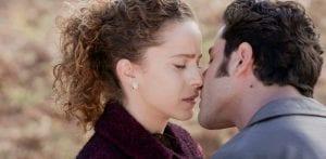 Ο Μπάμπης φιλάει την Ασημίνα