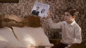 Ο μικρός Σέργιος κρατάει την εφημερίδα στα χέρια του