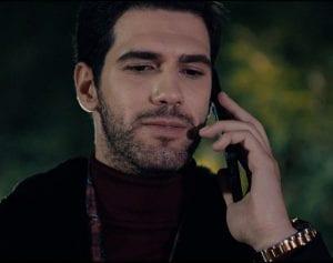 ηθοποιός μιλάει στο τηλέφωνο σε σειρά του ΣΚΑΙ