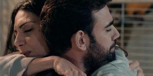 Η 'Ελλη και ο Φρίξος αγκαλιά στις 8 Λέξεις