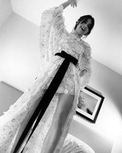 Η Daisy Edgar-Jones στις Χρυσές Σφαίρες με ένα λευκό φόρεμα