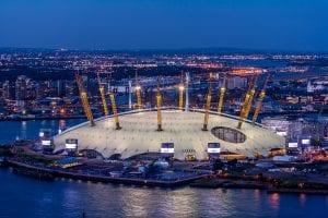 H Arena O2 στο Λονδίνο σε φωτογραφία με νυχτερινή λήψη
