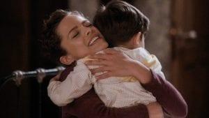 Η Ασημίνα αγκαλιά με το παιδί