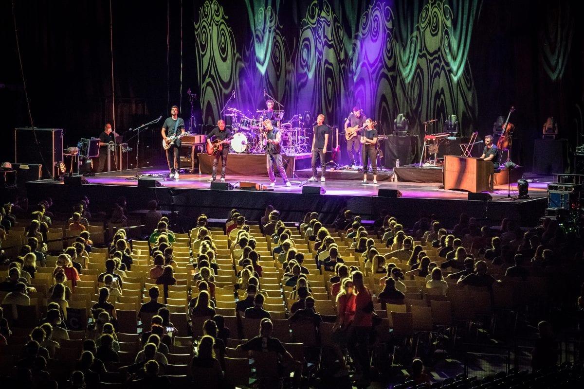 Πλάνο από συναυλία με social distancing