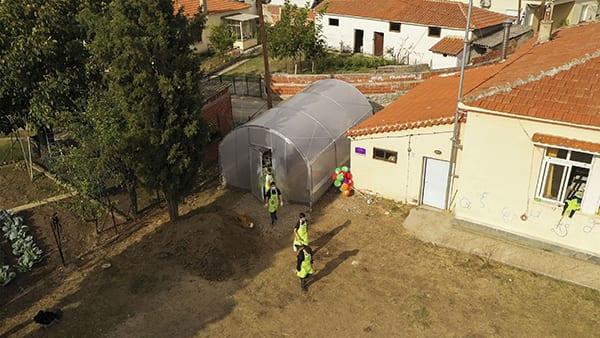 η ένωση Μαζί για το Παιδί φτιάχνει θερμοκήπιο σε σχολείο στον Έβρο