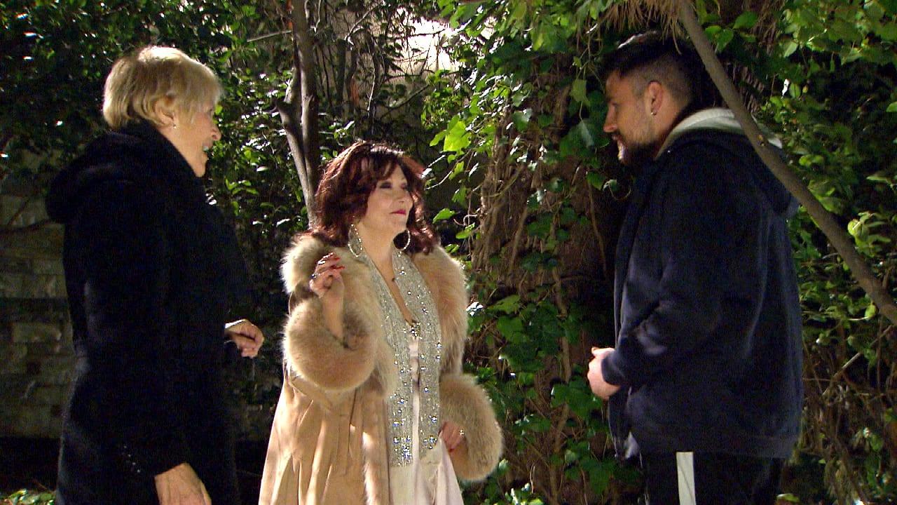 Καίτη Κωνσταντίνου και Λυδία Φωτοπούλου σε σκηνή από το νέο επεισόδιο της σειράς Η τούρτα της μαμάς 22.4