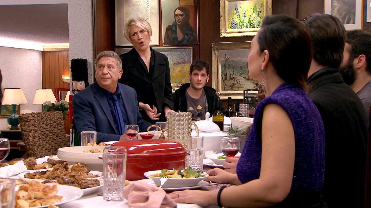 Καίτη Κωνσταντίνου και Κώστας Κόκλας σε σκηνή από το επεισόδιο Η τούρτα της μαμάς 22.4