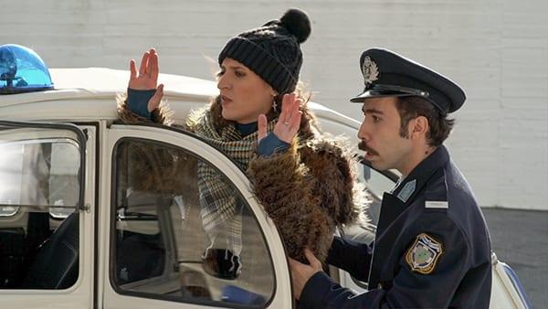 Η Όλγα Σκιαδαρέση σε πλάνο από το επεισόδιο της 7.4 της σειράς Το καφέ της Χαράς