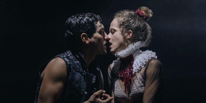 Σκηνή από την παράσταση This is not Romeo & Juliet που διατίθεται on demand από το θέατρο Πορεία