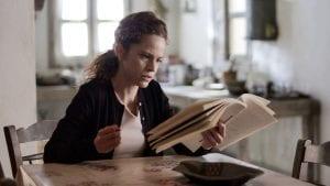 Η Ασημίνα διαβάζει το βιβλίο που έγραψε ο Νικηφόρος στις Άγριες Μέλισσες