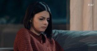 Η ηθοποιός Άννα Μπεζάν με καφέ πουλόβερ