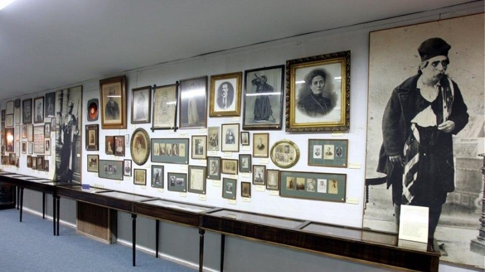 Μενδώνη μιλά για τα εκθέματα και το Θεατρικό Μουσείο