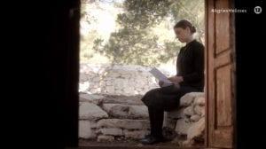 Η Σοφούλα διαβάζει το γράμμα στο επεισόδιο Άγριες Μέλισσες 3/5