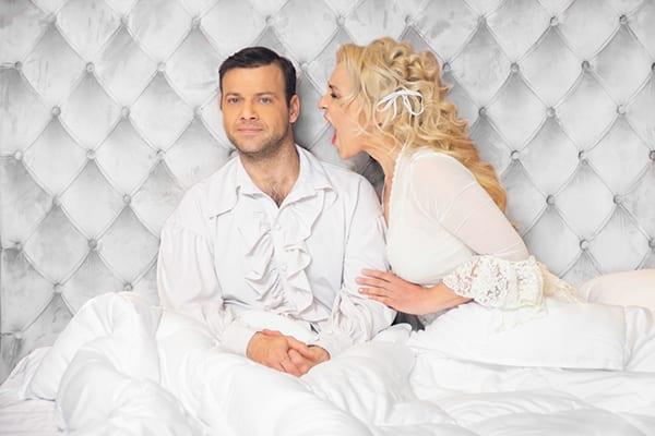 η κωμωδία Το νυφικό κρεβάτι σε καλοκαιρινή περιοδεία με την Πηνελόπη Αναστασοπούλου και τον Ορέστη Τζιόβα