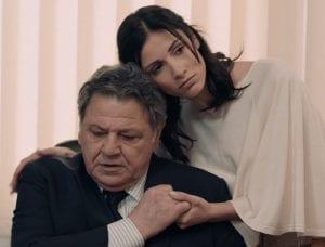 Ο Αρώνης αγκαλιά με την κόρη του στο γραφείο