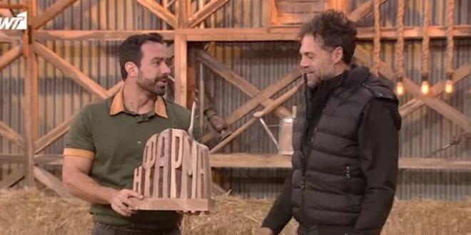 Ο Σάκης Τανιμανίδης παραδίδει στο Γκρέκα το έπαθλο