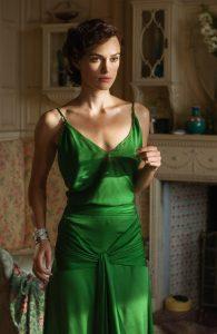 Η Κιρα Ναιτλι σε πράσινο φόρεμα