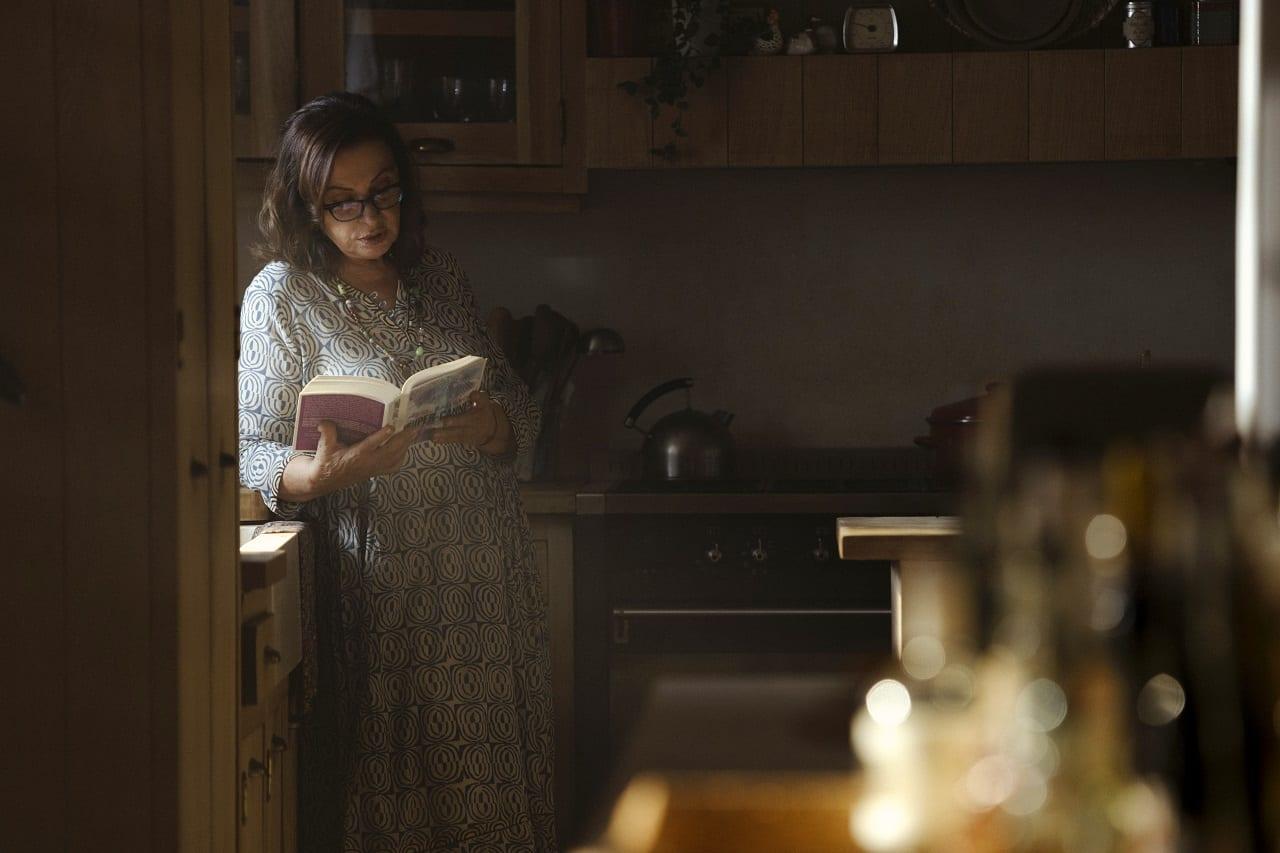 Η Χάρις Αλεξίου διαβάζει βιβλίο