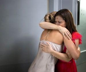 Η Αλίκη με τη Λήδα αγκαλιά κλαίνε