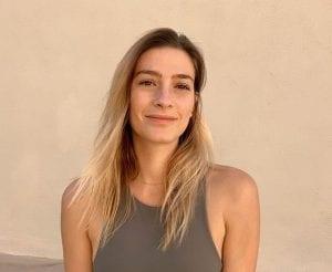 Η Ισμήνη Παπαβλασοπούλου χαμογελαστή