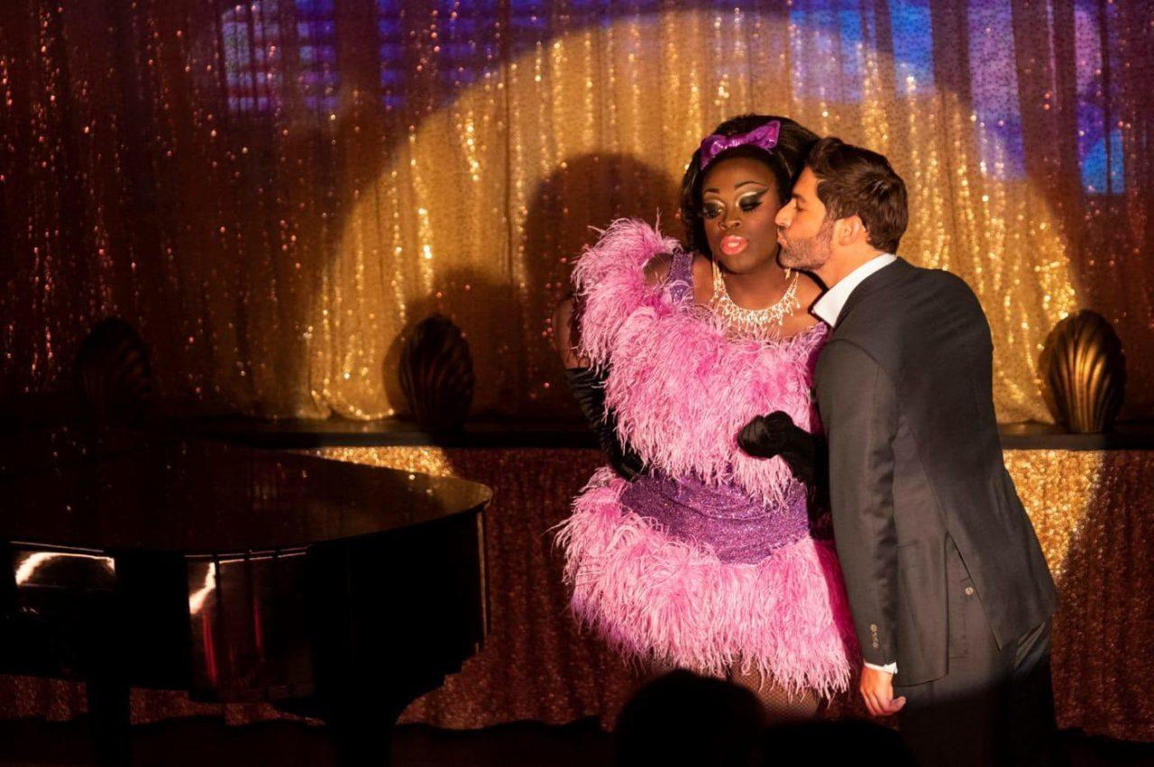 O Lucifer που φιλάει μία drag queen