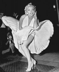 H Marilyn Monroe σε ένα υπέροχο καλοκαιρινό φόρεμα