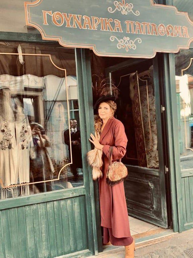Η Μιμή Ντενίση σε πλάνο από τα γυρίσματα στο Σμύρνη μου αγαπημένη