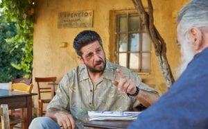 Ο Νίκος Τσιτσιδάκης μιλάει σε έναν φίλο του