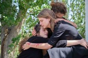 Οι αδελφές Σταμίρη αγκαλιά κλαίνει