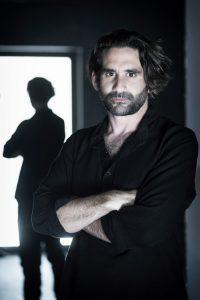 Ο Παπασπηλιόπουλος με μαύρο πουκάμισο