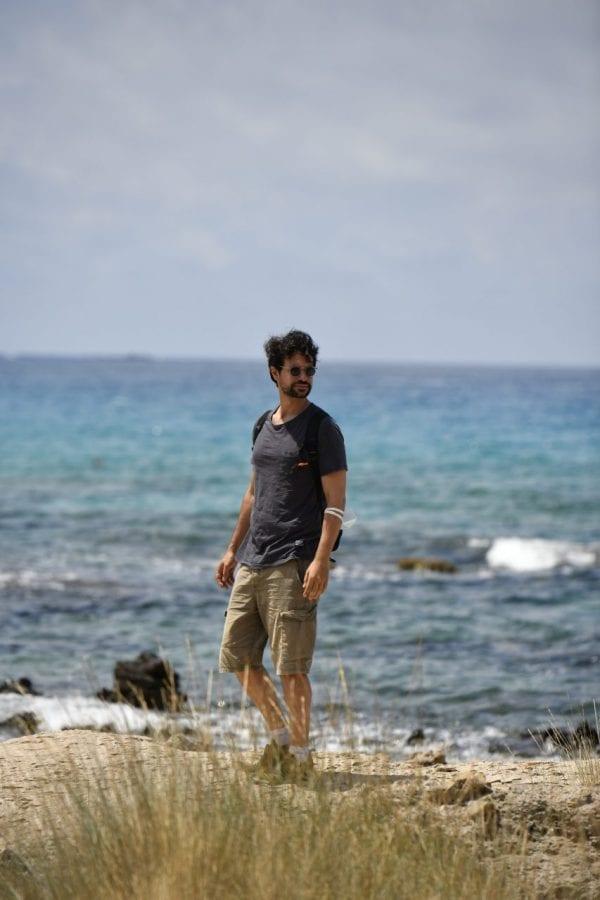 Ο Ορφέας Αυγουστίδης δίπλα στην θάλασσα