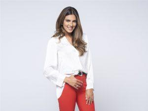 Η Σταματίνα Τσιμτσιλή με λευκή μπλούζα και κόκκινο παντελόνι